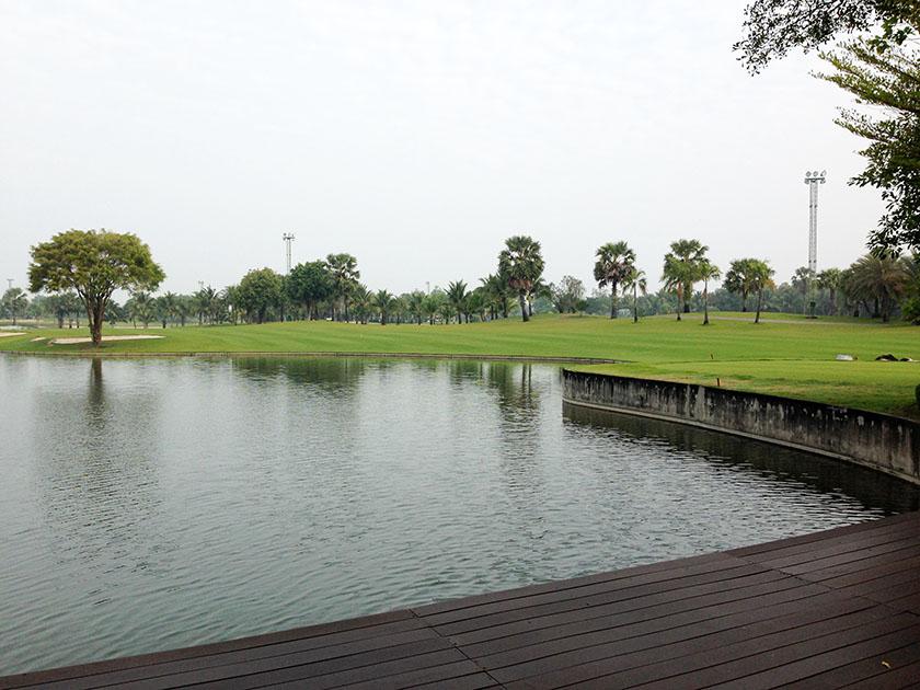 スワン ゴルフ&カントリークラブ クラブハウス前の大きな池