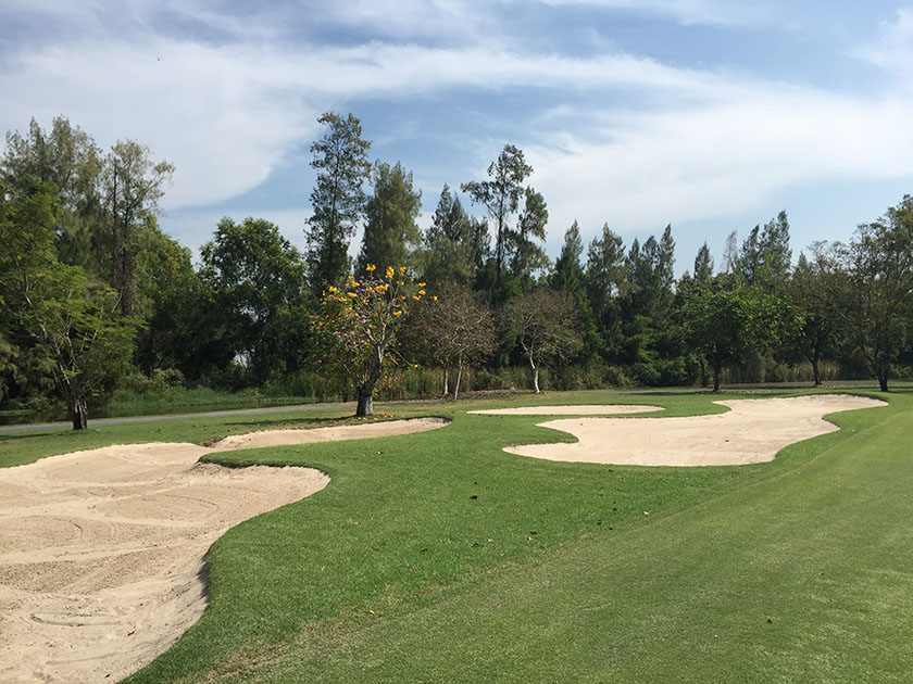 キアタニカントリークラブ タイのゴルフ場はバンカーも多い
