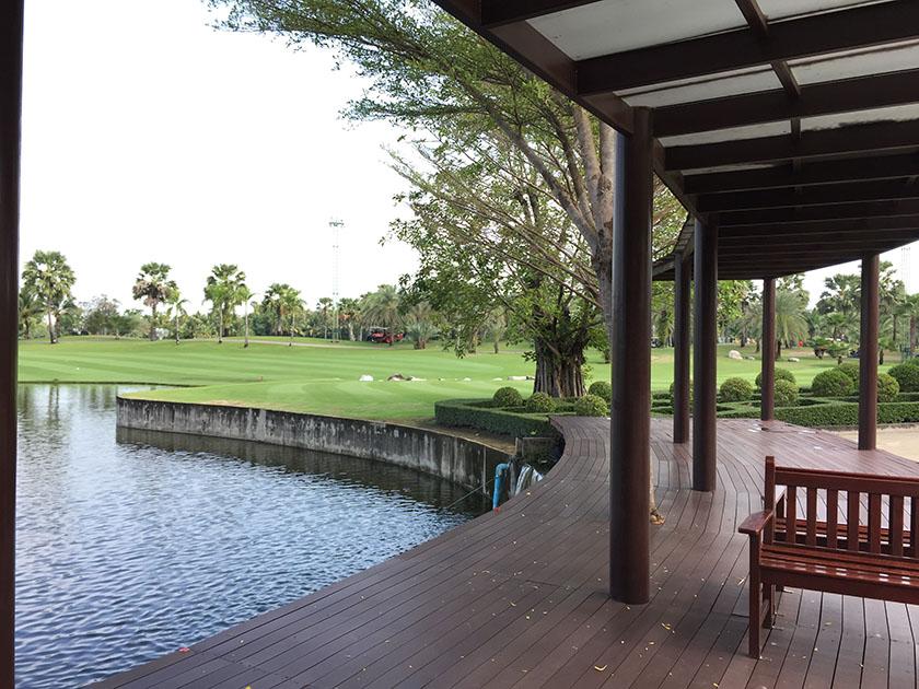 スワン ゴルフ&カントリークラブ クラブハウス前は池