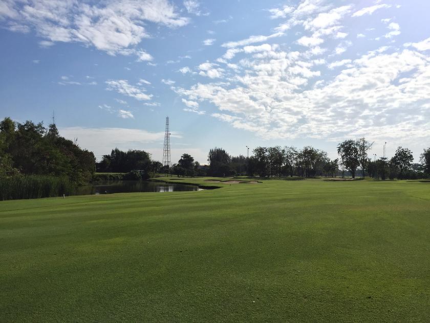 バンコクゴルフクラブ 池とバンカーがセット