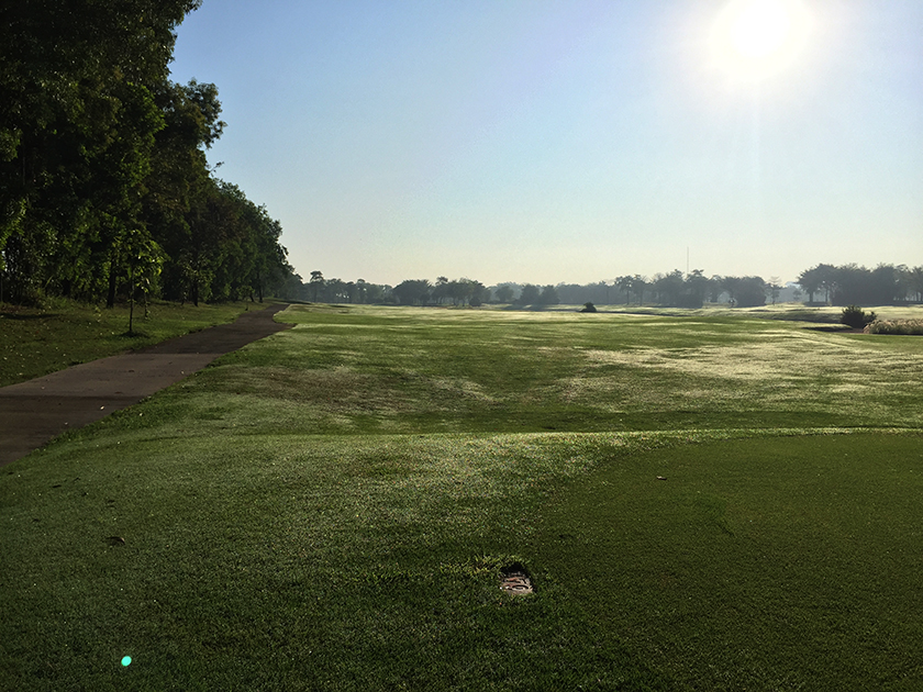 カスカタゴルフクラブ スタート時に太陽が昇ってきました