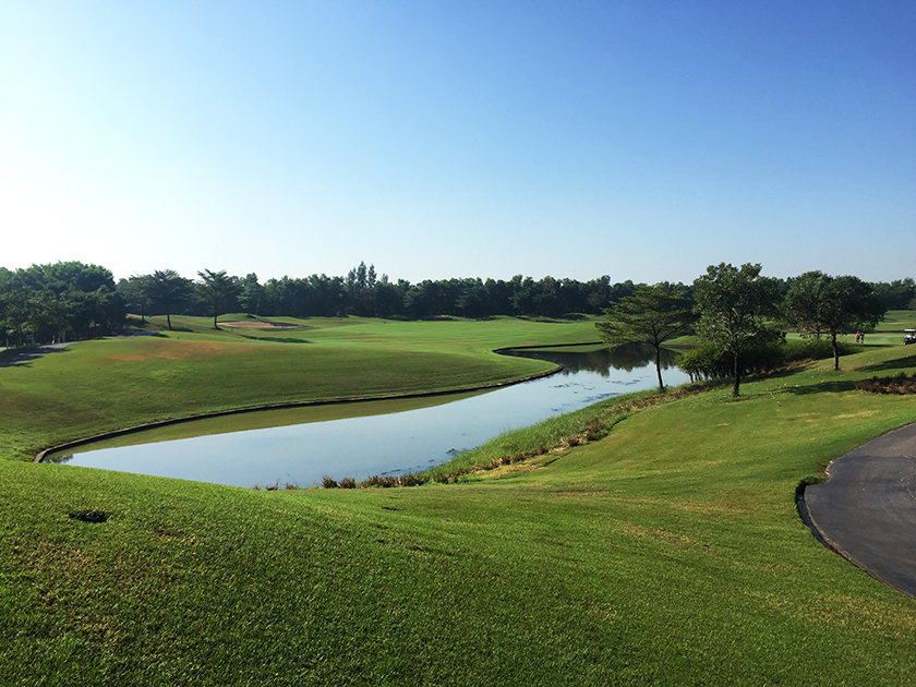 カスカタゴルフクラブ Dコース1番はいきなり池越えスタート