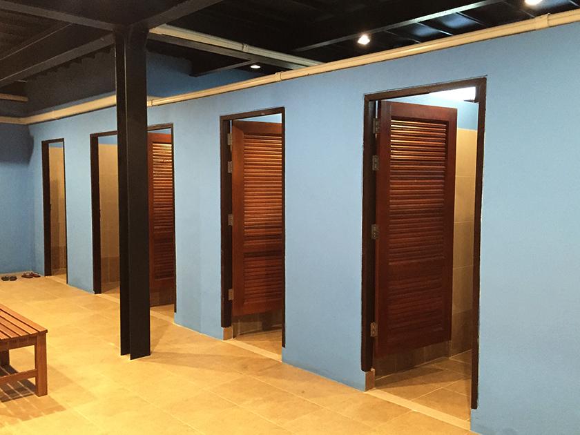 カスカタゴルフクラブ 壁が水色のロッカールーム