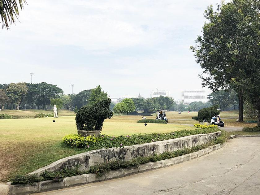 スタードームゴルフクラブ ビルが見える街中のゴルフ場