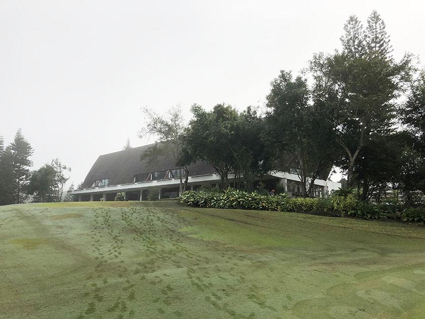 朝のクラブハウス芝が濡れている
