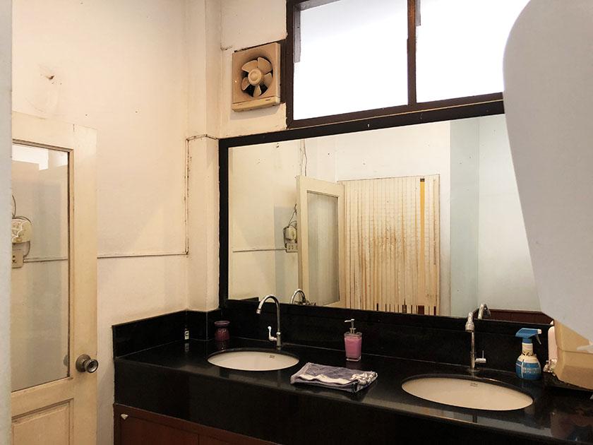 チェンマイジムカーナクラブ トイレ入口の洗面台