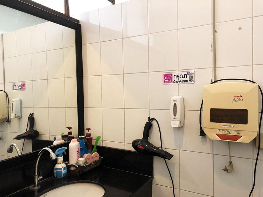 チェンマイジムカーナクラブ 洗面台にはドライヤーもある