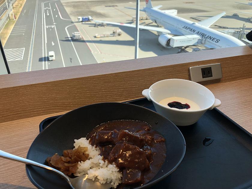 チェンマイまでの遠い道のり 飛行機を見ながらビーフカレー
