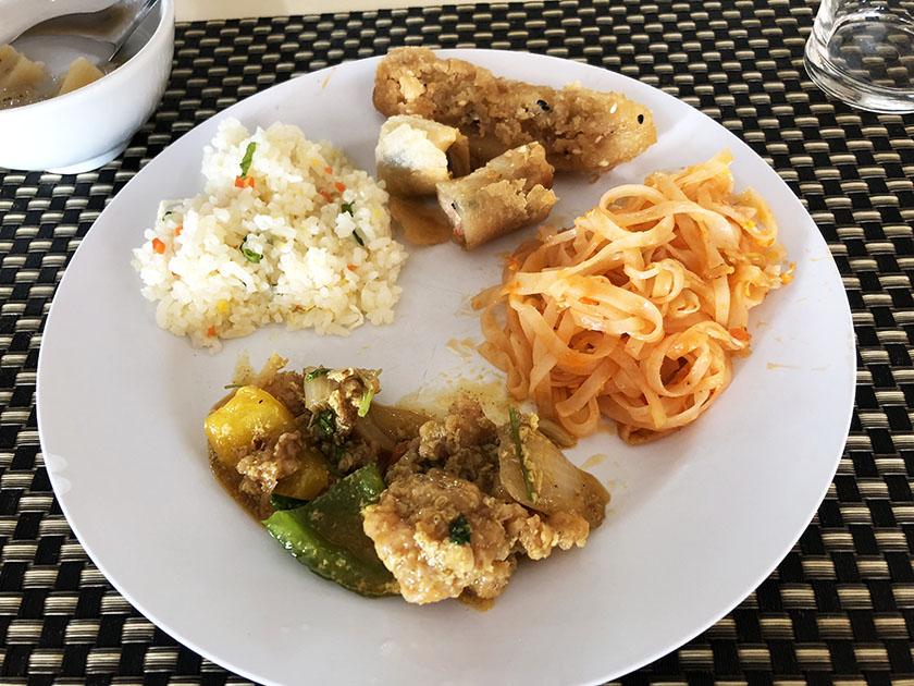 タイ・チェンマイゴルフ旅 ランチはタイ料理のビュッフェ