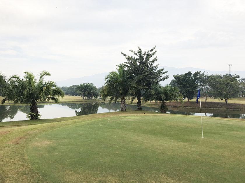 タイ・チェンマイゴルフ旅 遠くにみえる山はドイステープ