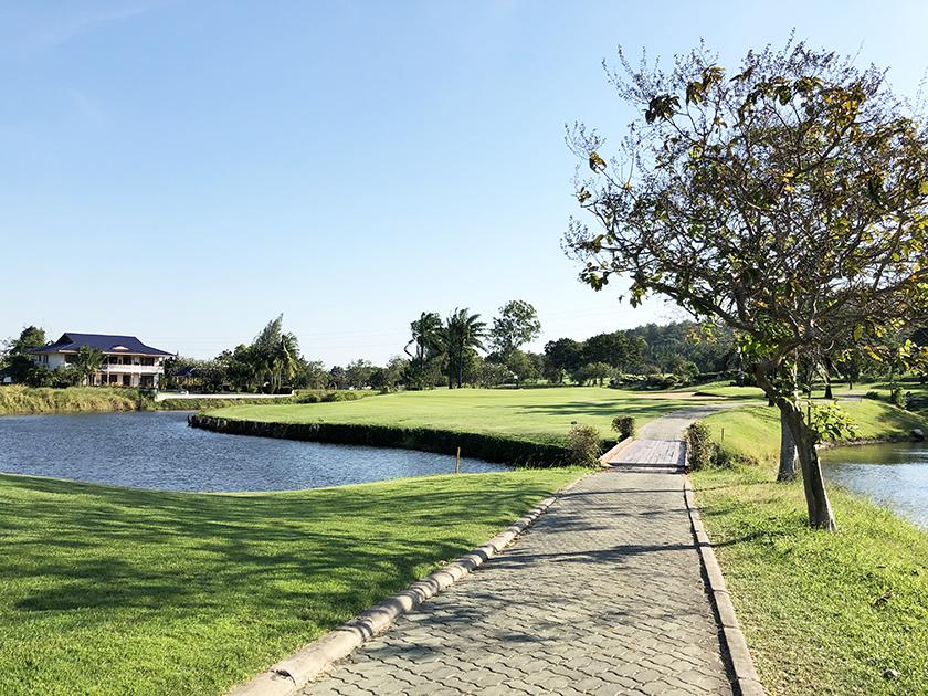 タイのゴルフ場に必須の池