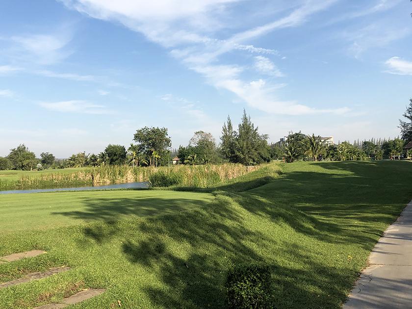 シーパインゴルフコース OUTでは海は見えない、池がある