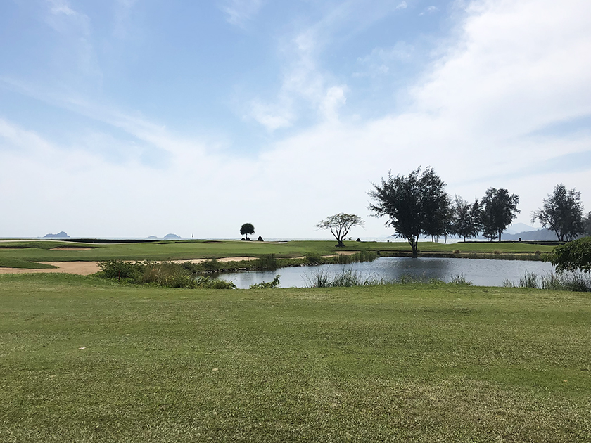 シーパインゴルフコース 17番は池越えのPAR3