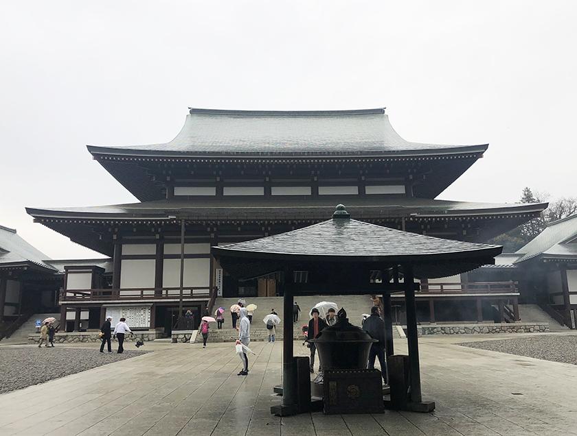 成田山新勝寺 雨降りの寒空
